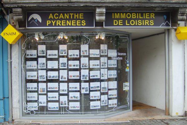 vitrine de l'agence acanthe rue joffre à Luchon